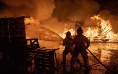 O batrana a provocat un incendiu de proportii, dupa ce a aprins un foc in curte ca sa coaca vinete. Mai multe persoane au suferit atacuri de panica