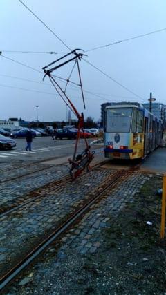 O bucata dintr-un tramvai a cazut in mers la Craiova (Foto)