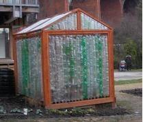 O bunicuta a construit o sera eco, din sticle de plastic reciclate