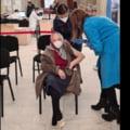 """O femeie de 105 ani din Bucureşti a primit a treia doză de vaccin. """"M-a convins nepoata mea, care e medic"""""""