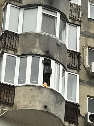 O femeie din Bucuresti a stat 12 ore pe pervazul de la balcon amenintand ca se sinucide. Cum au pacalit-o pompierii ca sa o salveze