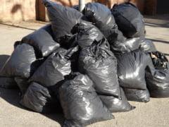 O femeie din Mehedinti a primit acasa prin colet gunoiul pe care l-a aruncat la marginea soselei