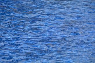 O fetiță nesupravegheată a înghițit apă în piscina casei din Iași. Copilul de 9 ani se află în stare gravă