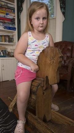 O fetita de 6 ani se transforma in statuie din cauza unei boli rare