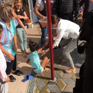 O fetita de 8 ani din Mehedinti a fost luata cu forta din casa de mascati. Povestea incalcita a unei adoptii cu scandal in SUA