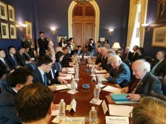 O fotografie de la negocierile SUA-China a devenit virala. Chinezii o vad ca un indicator al noii realitati globale