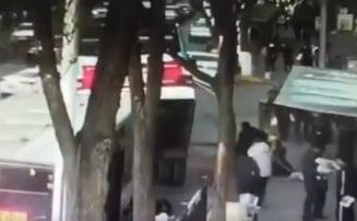 O gaura a aparut din senin si a inghitit un autobuz: Sase morti si zece disparuti (Video)