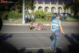 O imagine puternica: O femeie in scaun cu rotile e pusa la pamant de interventia jandarmilor. Zeci au fost afectati de lacrimogene (Galerie foto)