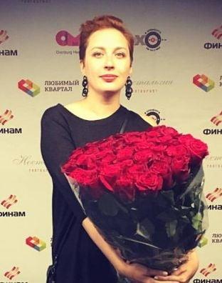 O jurnalista de la un post de radio critic cu Putin a fost injunghiata la Moscova