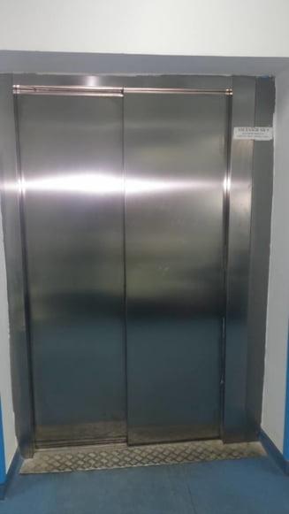 O liftiera din Spitalul Judetean Craiova ar fi cerut din cadourile pentru copiii bolnavi de cancer: Nu stiti ca prima plasa se da la liftiera?