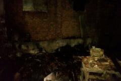 O locuinta si o anexa distruse de incendiu. Pompierii au intervenit la Petrosnita si Doclin