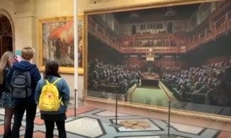 O lucrare semnata de Banksy infatisand parlamentari britanici drept cimpanzei, scoasa la licitatie