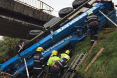 O macara de peste 40 de tone s-a prabusit de pe un pod in Dambovita. Soferul a murit pe loc