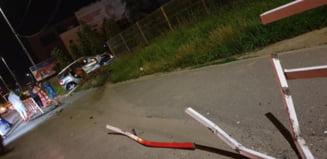 O mama cu copii in masina a rupt parapetul de la VIVO! O bara metalica a strapuns masina ca un cutit - FOTO