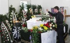 mare de oameni si flori la inmormantarea Ilincai Ganju