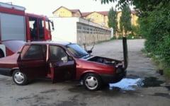 O masina a ars in curtea Spitalului Judetean de Urgenta Targu Jiu