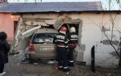 O masina a intrat intr-o casa, dupa ce a fost lovita de un sofer care nu a oprit la STOP