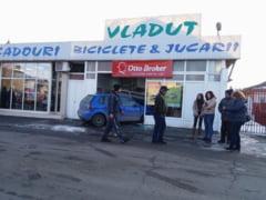 O masina a intrat intr-un magazin pe strada Grivita