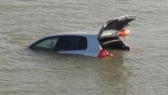 O masina cu cinci persoane la bord a cazut in Dunare