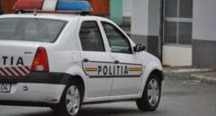 O masina de politie care se deplasa la un eveniment a fost izbita de un stalp