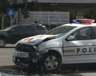 O masina de politie in care se afla un barbat retinut a fost implicata intr-un accident in centrul Capitalei