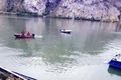 O masina in care se afla o familie cu 2 copii a cazut in Dunare si este la o adancime de noua metri. Ce au mai gasit politistii din masina. GALERIE FOTO
