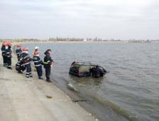 O masina plutea in Lacul Morii din Bucuresti. Scafandrii cauta victime prin apa (Video)