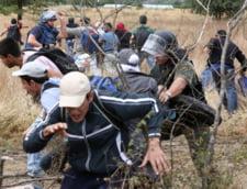 O mie de imigranti au rupt cordonul de securitate de la centrul de langa frontiera Ungariei cu Serbia