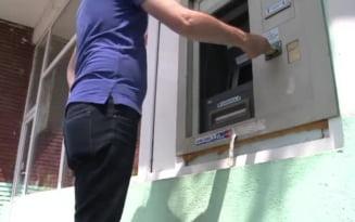 O pensionara din Fagaras a ramas fara 900 lei. Doua persoane i-au luat banii din fanta ATM-ului