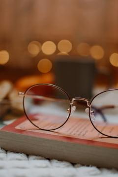 O pereche de ochelari care a apartinut lui Mahatma Gandhi, lasata in cutia de scrisori a unei case de licitatii