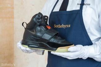 O pereche de pantofi de sport ai rapperului Kanye West, estimata la 1 milion de dolari, scoasa la licitatie