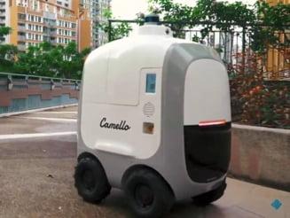 O pereche de roboti ii servesc acasa pe rezidentii dintr-o zona din Singapore VIDEO