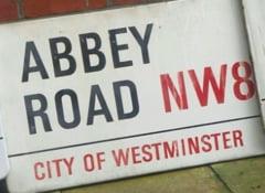 O placuta stradala cu Abbey Road, emblematica pentru fanii The Beatles, vanduta la licitatie cu 43.000 de euro