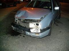 O plimbare cu o masina neinmatriculata s-a incheiat prost. Carasean ranit dupa ce a lovit in plin o masina care iesea din parcare