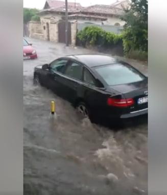 O ploaie torentiala a facut ravagii la Constanta: Strazi inundate si copaci doborati de vant (Video)