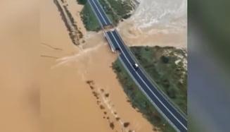 O portiune dintr-un pod rutier s-a surpat in Sardinia in urma unor ploi puternice (Video)