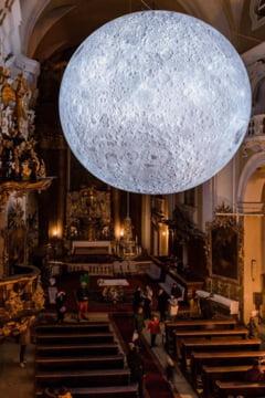 O replica uriasa a Lunii a fost amplasata in interiorul unei biserici din Cluj (Foto)