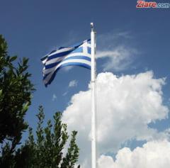 O romanca si cei doi copii ai sai au fost salvati dupa ce masina lor a fost luata de ape in Grecia