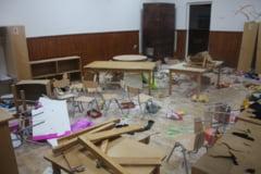 O scoala a fost distrusa de 3 copii din clasele primare. Primarul cheama preotul la sfestanie, sindicatele reclama lipsa psihologilor