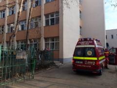 O scoala din Bucuresti a fost evacuata, dupa ce copiilor li s-a facut rau de la un gaz toxic. 18 elevi au fost dusi la spital