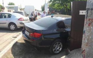 O soferita a provocat un accident rutier, pe fondul neacordarii de prioritate. Un autovehicul care circula regulamentar a fost proiectat intr-o masina parcata