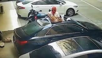 O tânără a căzut de la etaj în timpul unui moment intim cu prietenul ei. Imagini cu femeia aterizând pe plafonul unei mașini VIDEO