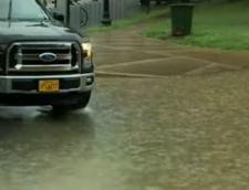 O viitura a paralizat capitala SUA. Subsolul Casei Albe a fost inundat, iar soferii s-au urcat pe masini ca sa scape de suvoaie (Galerie foto&Video)