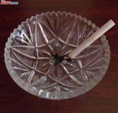 OMS: Scumpirea tigarilor e cea mai eficienta masura pentru renuntarea la fumat. Cati fumatori sunt in Romania, la ce varsta incep si ce marci prefera