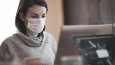 Oamenii care poarta constant masca au simptome mai usoare in caz de infectie cu COVID-19. Care este explicatia stiintifica