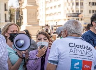 Oana Lovin, protestatara cu sparanghel, amendata cu 400 de lei de jandarmerie dupa ce i-a strigat cuvinte obscene sefului statului la inaugurarea metroului din Dumul Taberei