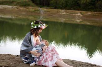 Omenirea ar putea economisi anual sute de miliarde de dolari daca mamele ar fi sprijinite sa alapteze
