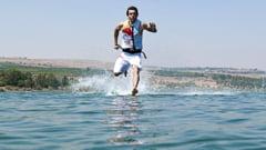 Omul care merge pe apa ca Iisus Hristos (Galerie foto)