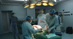 Operatie in premiera la Targu Mures. Medicii au extirpat un chist renal urias, tanara a fost deja externata