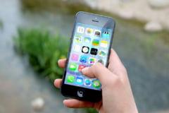 Opt din zece copii iau contact cu un smartphone in primii trei ani de viata
